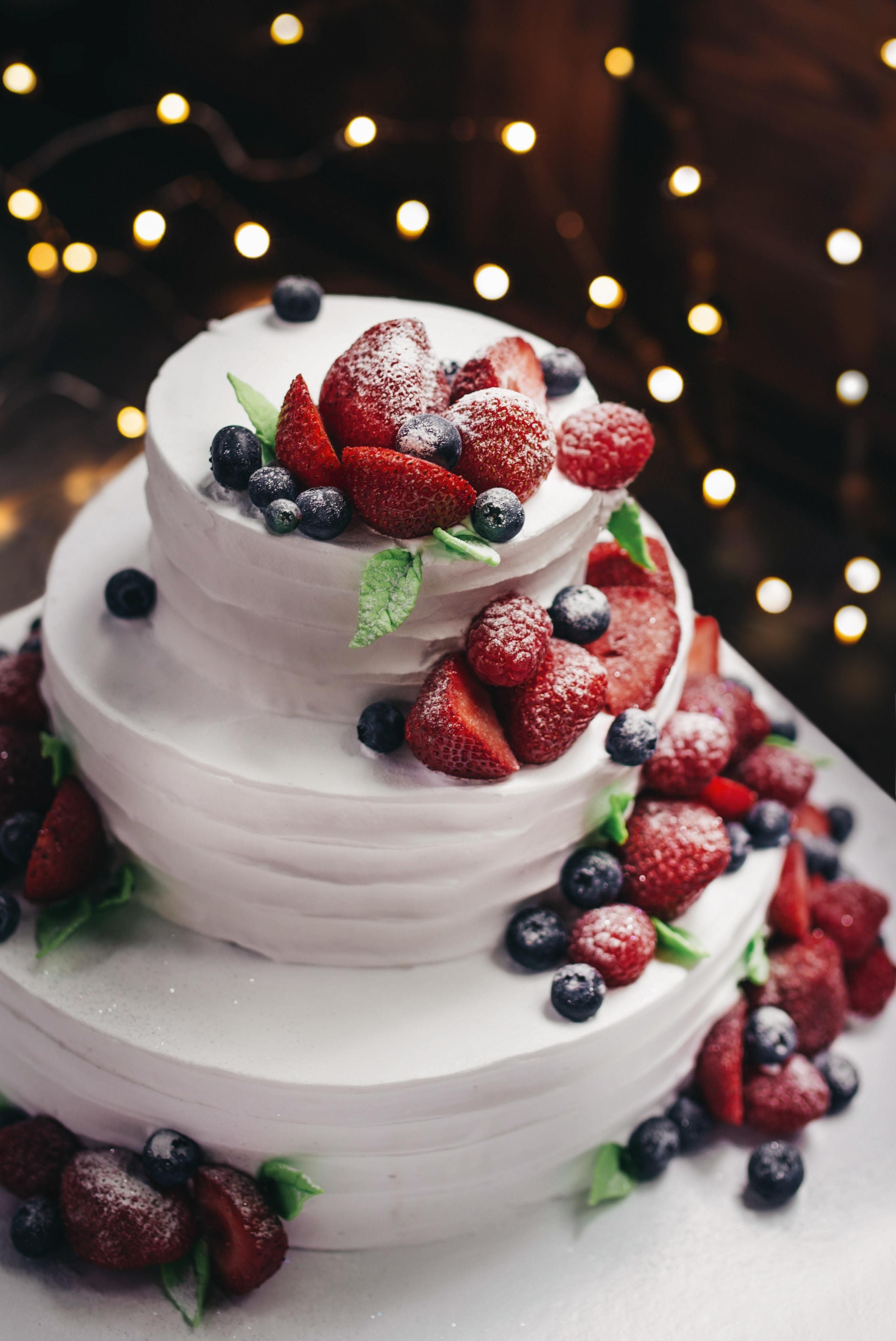 photo d'une pièce montée pour mariage avec de la crème et des fruits rouges, fraise etc
