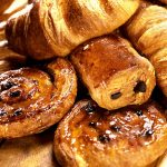 photo de viennoiserie pain au chocolat, croissant, pain aux raisins